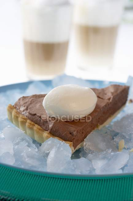 Кусок шоколадный торт с кремом — стоковое фото