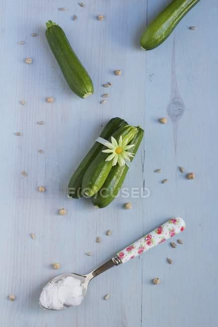 Кабачки свіжі з сіллю в ложку — стокове фото