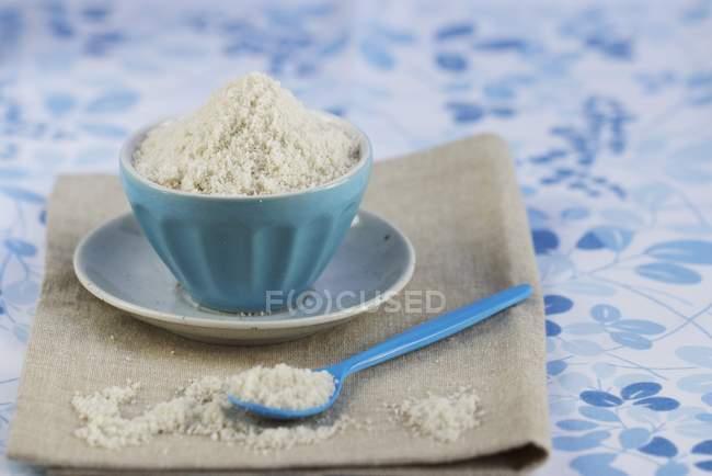 Серый цвет морской соли в банке — стоковое фото