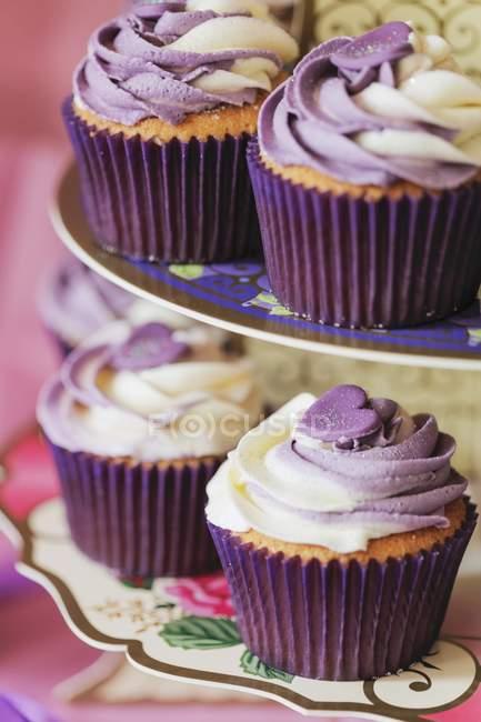 Cupcakes com baunilha e glacê de mirtilo — Fotografia de Stock