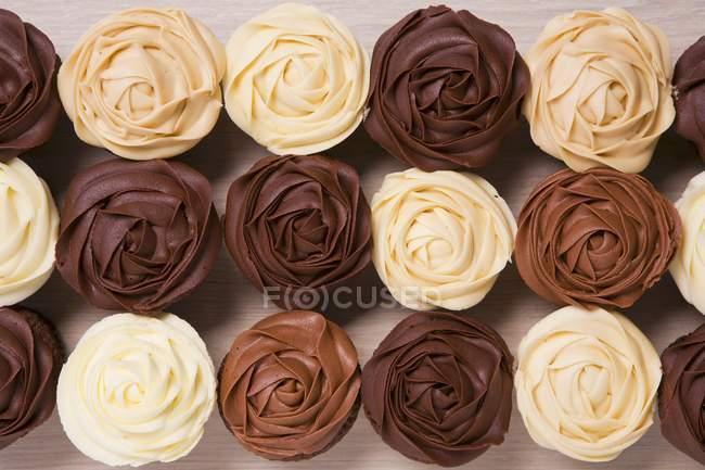 Muffins mit braunem Zuckerguss — Stockfoto
