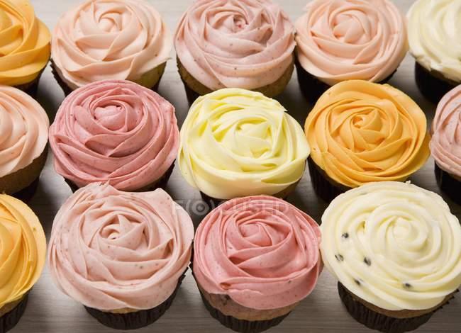 Verschiedene Rose Cupcakes — Stockfoto