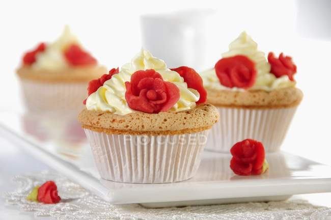Cupcakes decorados com rosas de marzipan — Fotografia de Stock