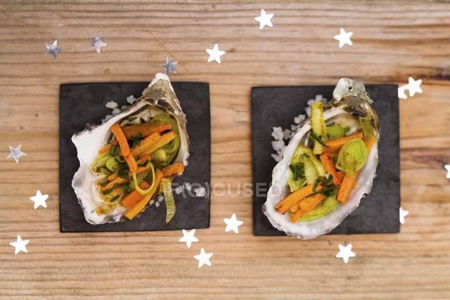 Vista superior de un plato con un sándwich y una copa de verduras frescas en una mesa de madera. - foto de stock