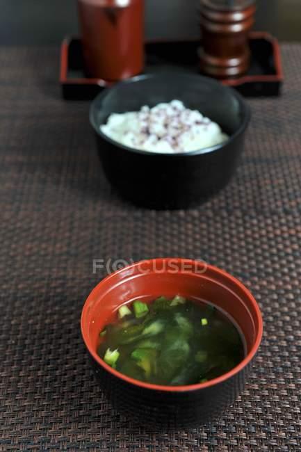 Vista de cerca de sopa de Miso y arroz en tazones - foto de stock