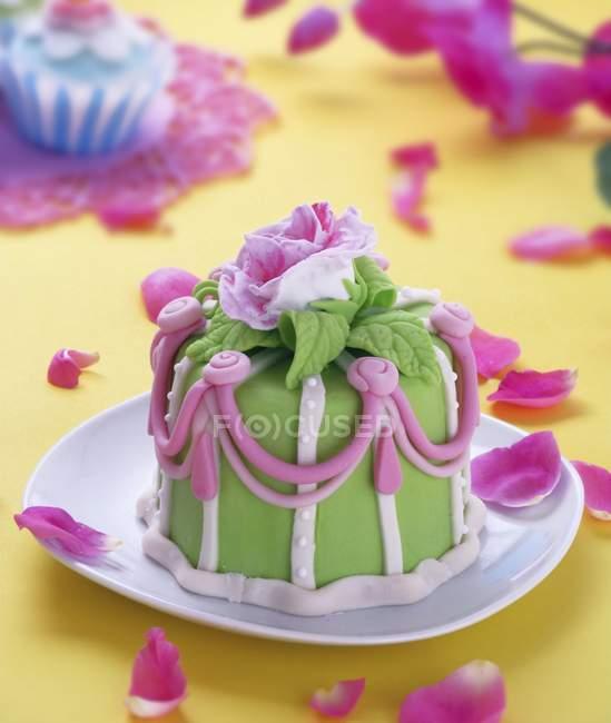 Marzipankuchen mit Rose dekoriert — Stockfoto