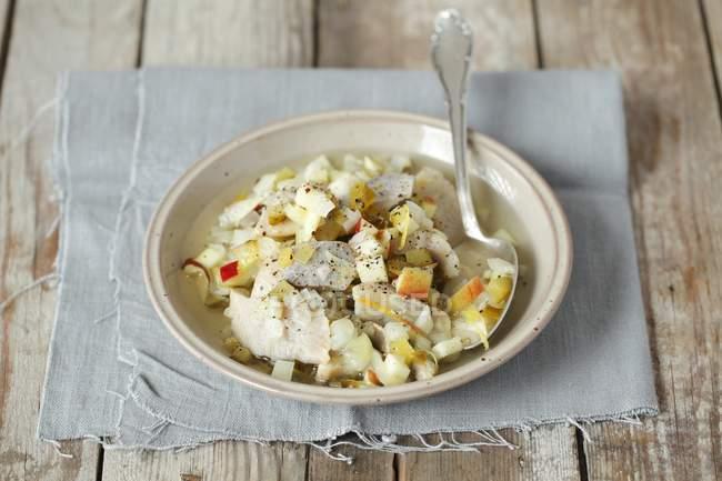 Салат из сельди с корнишонами и яблоко — стоковое фото