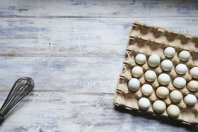 Свіжі яйця у картонній коробці — стокове фото
