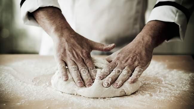 Chef pétrissant pizza — Photo de stock