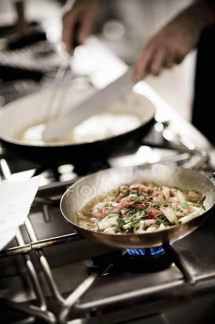 Куповані подання особа, що відповідає блюдо в кухні ресторану — стокове фото