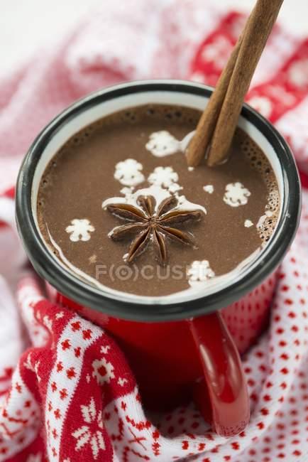Чашка горячего шоколада с звездчатого аниса — стоковое фото