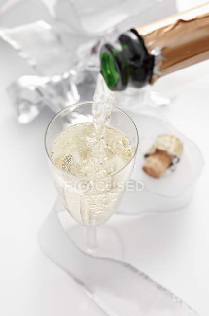Pouring sparkling wine — Stock Photo