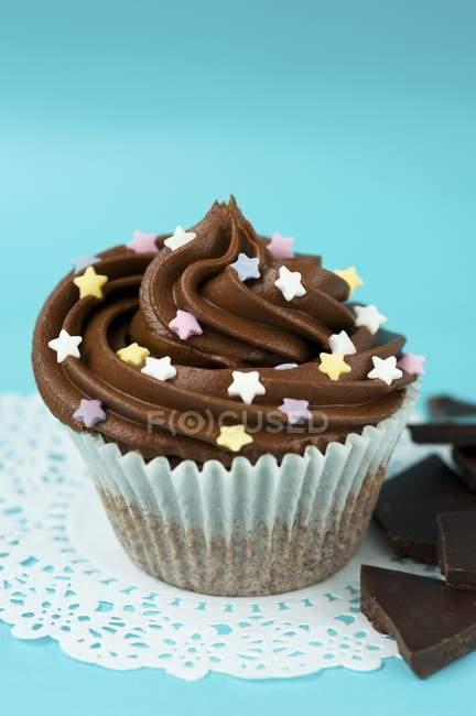 Petit gâteau avec glaçage au chocolat — Photo de stock