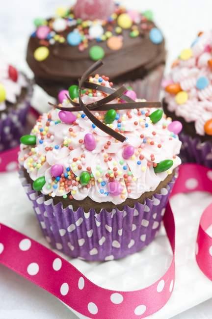 Два кексы, увенчанный розовый buttercream обледенения — стоковое фото