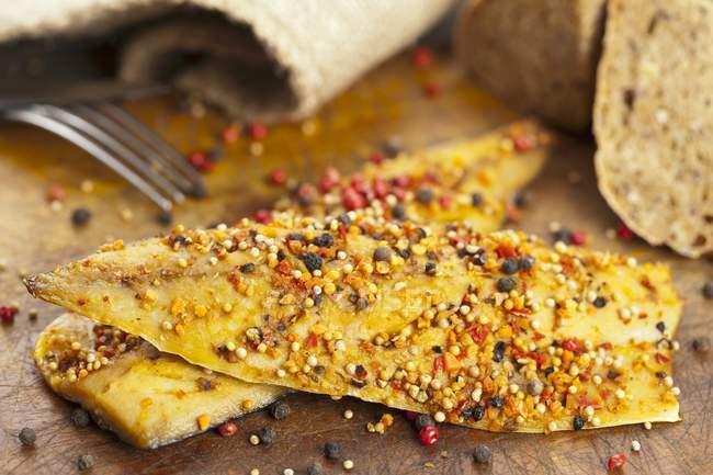 Крупным планом зрения копченая Скумбрия филе пряного с перец, паприка и горчица семена — стоковое фото