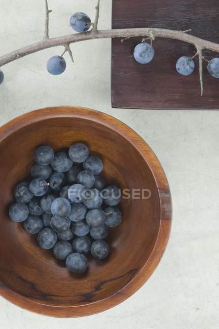 Слои в деревянной чаше — стоковое фото