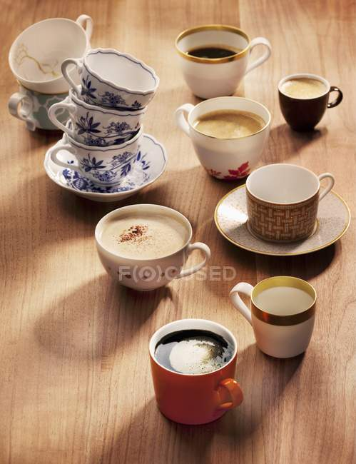 Closeup view of assorted coffee cups and varieties of coffee — Stock Photo