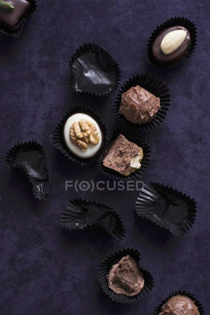 Chocolats remplis et caisses de chocolat vides — Photo de stock