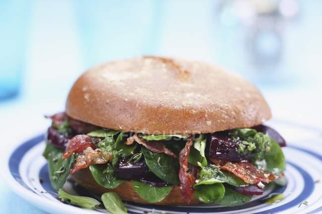 Hamburger di barbabietola rossa con strisce di pancetta croccante — Foto stock