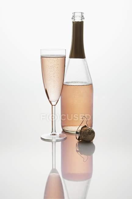 Розовое игристое вино — стоковое фото