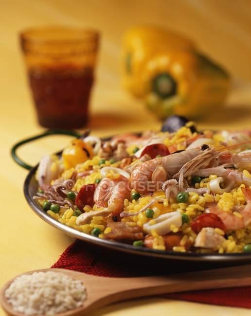 Paella-Gericht aus Reis Pfanne gekocht — Stockfoto