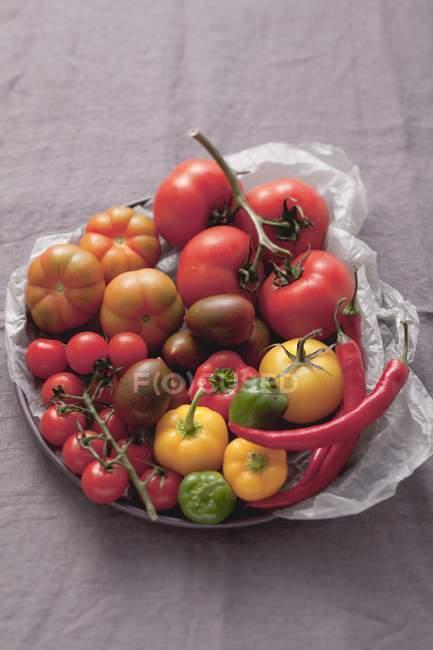 Ассортимент помидоры и перец — стоковое фото
