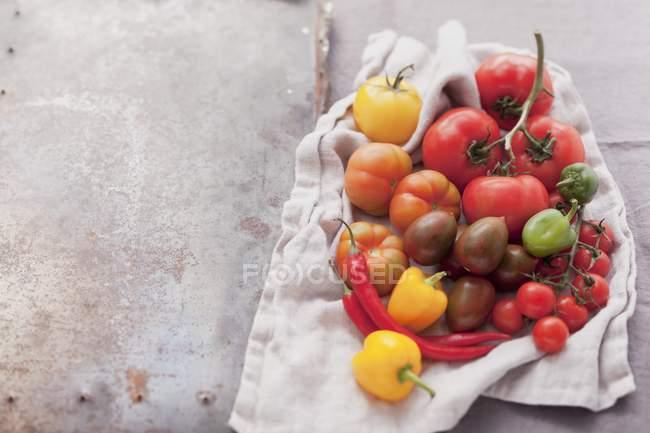 Ассортимент помидоров и чили — стоковое фото