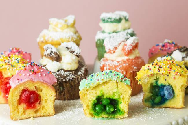 Cupcakes surtidos con los varios rellenos - foto de stock