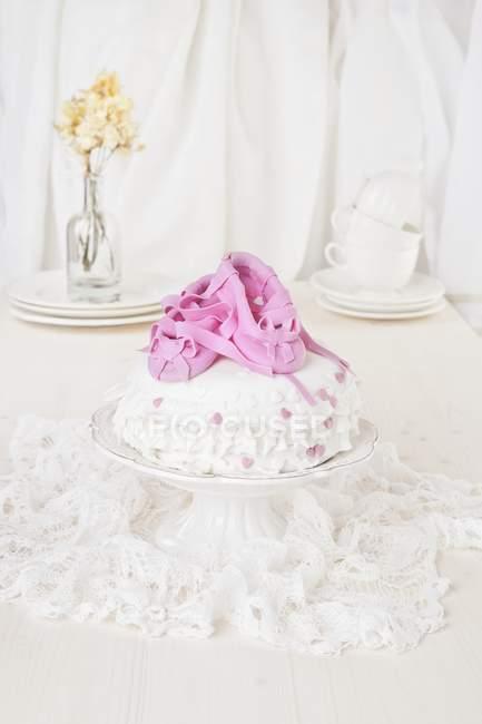 Торт с розовым марципаном — стоковое фото