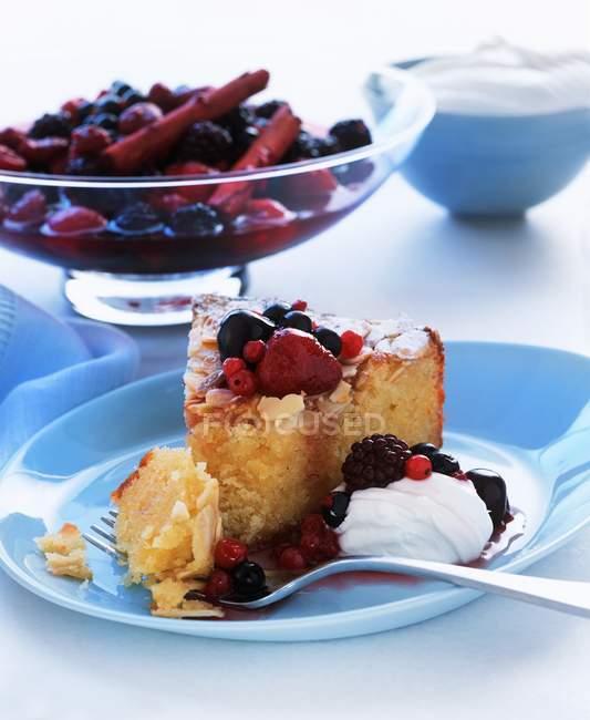 Kuchen mit Grütze — Stockfoto