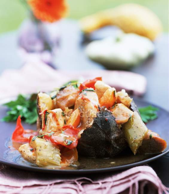 Guiso de pollo con chorizo y patatas - foto de stock