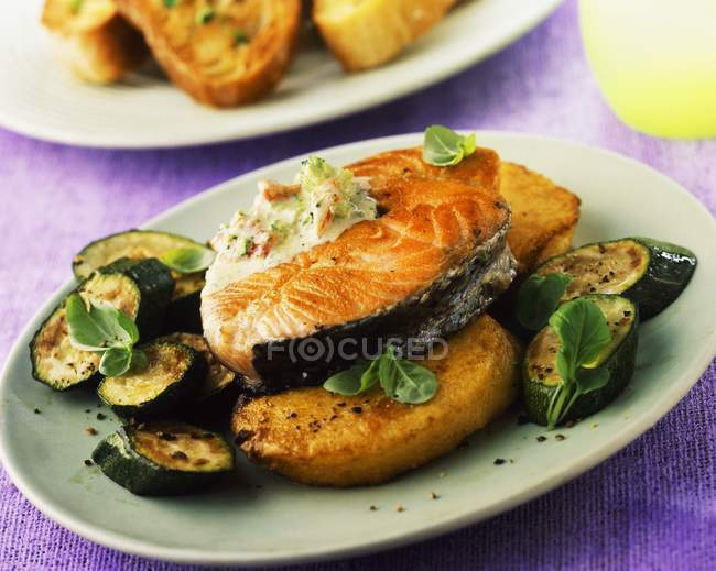Salmon steak with courgettes — Stock Photo