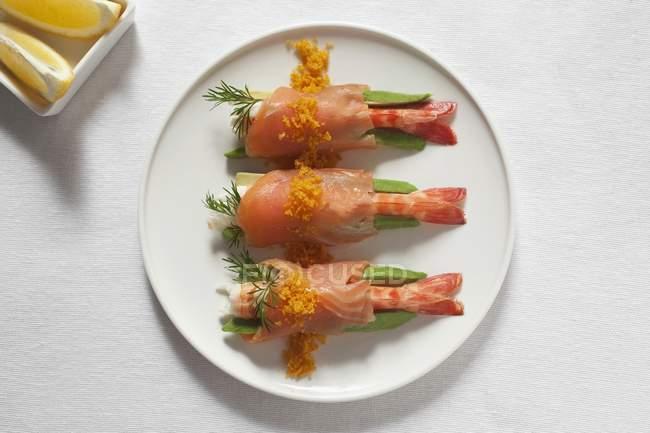 Mordeduras de aguacate, gambas y salmón - foto de stock