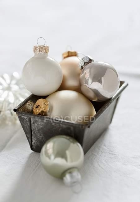 Рождественская елка безделушки в буханку олово — стоковое фото