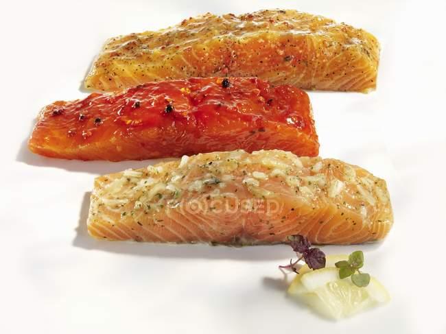 Salmón con salsas varias - foto de stock