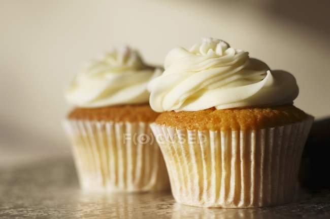 Dois cupcakes buttercream — Fotografia de Stock
