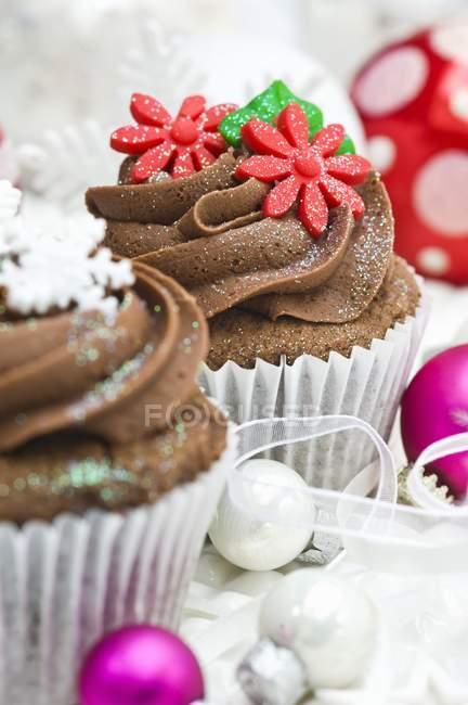 Bolinhos de chocolate, decorado com flores de açúcar — Fotografia de Stock