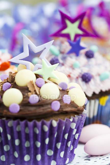 Cupcakes decorated with stars and candies — Stock Photo