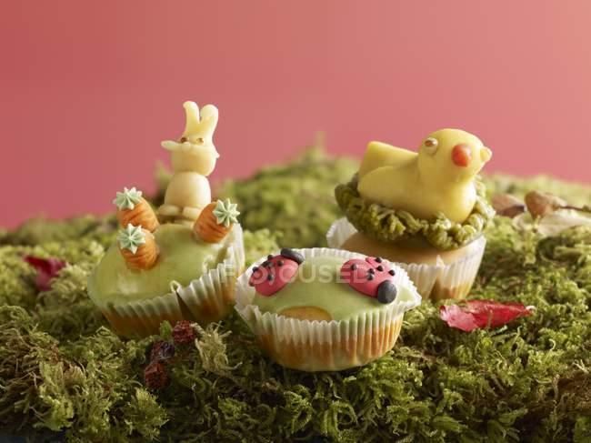 Muffins mit Marzipan-Dekorationen — Stockfoto