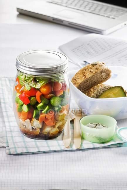 Ensalada de verduras con pan - foto de stock