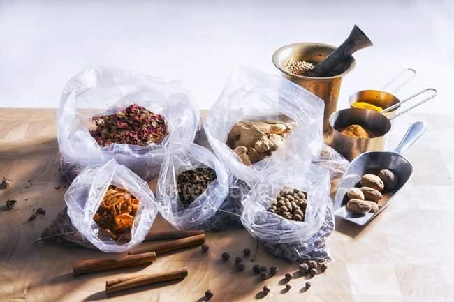Vista elevata di spezie assorted con sacchetti di plastica e piatti di metallo — Foto stock