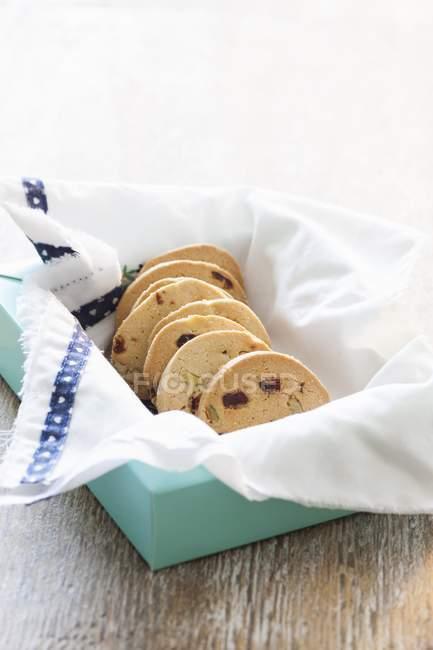 Noce-cranberry biscotti in scatola blu — Foto stock