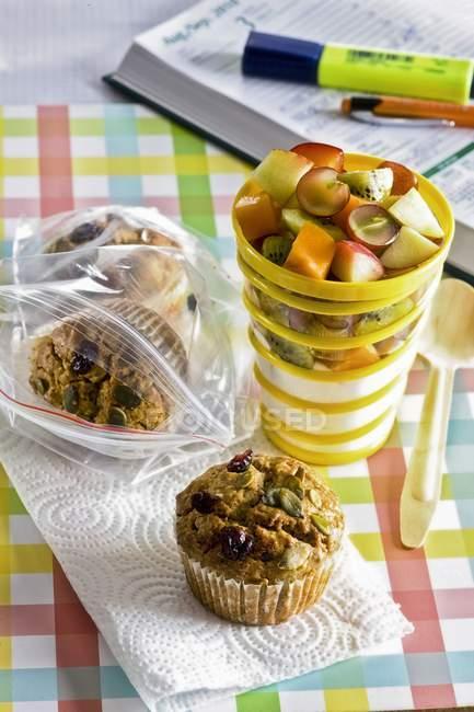 Muffin e yogurt alla frutta — Foto stock
