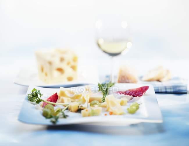 Pezzi di formaggio con uva — Foto stock