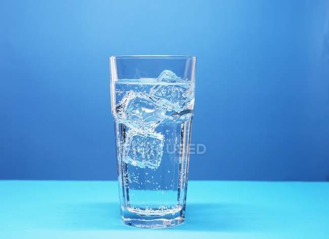 Bicchiere di acqua minerale — Foto stock