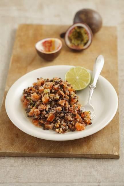 Tartare di salmone affumicata con lenticchie nere — Foto stock