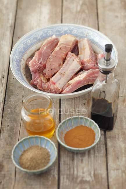 Costine di maiale con ingredienti — Foto stock