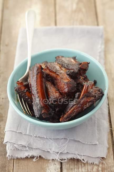 Costine di maiale arrosto in ciotola — Foto stock