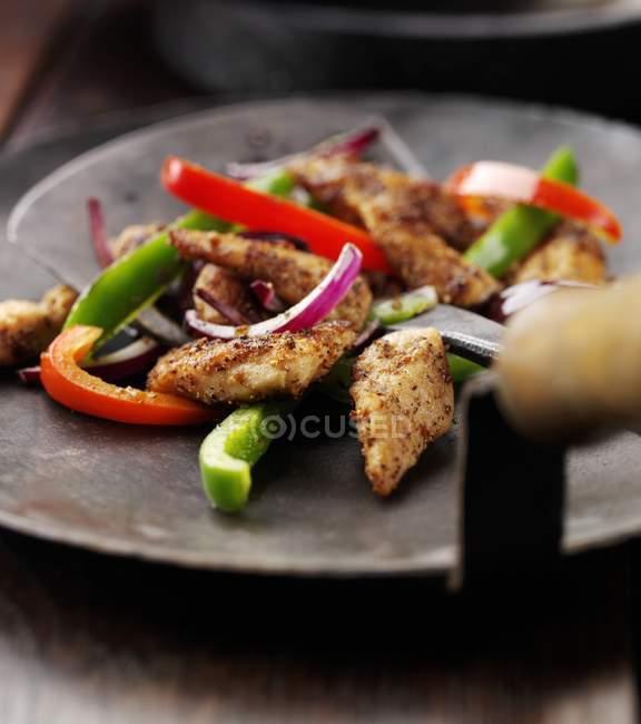 Pollo saltato con peperoni e cipolle — Foto stock