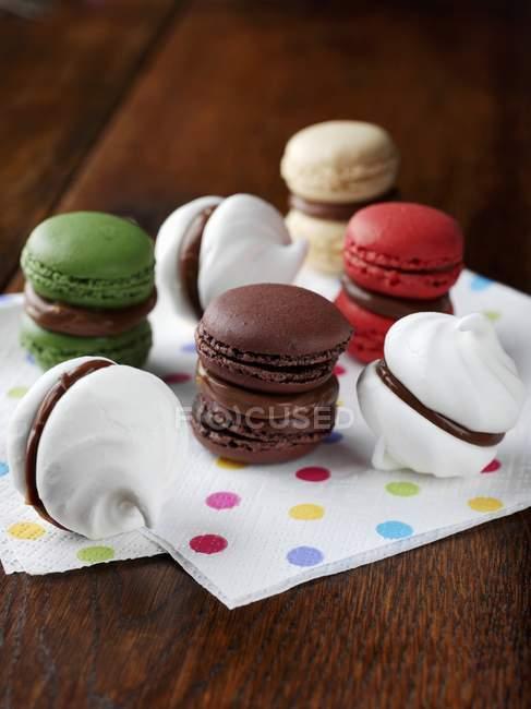 Meringhe colorate sul tavolo — Foto stock